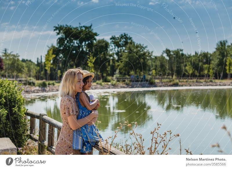 Mutter und Tochter genießen im Sommer eine schöne Zeit in einem See. Abenteuer Camping Ferien & Urlaub & Reisen Außenaufnahme Natur Landschaft Erholung
