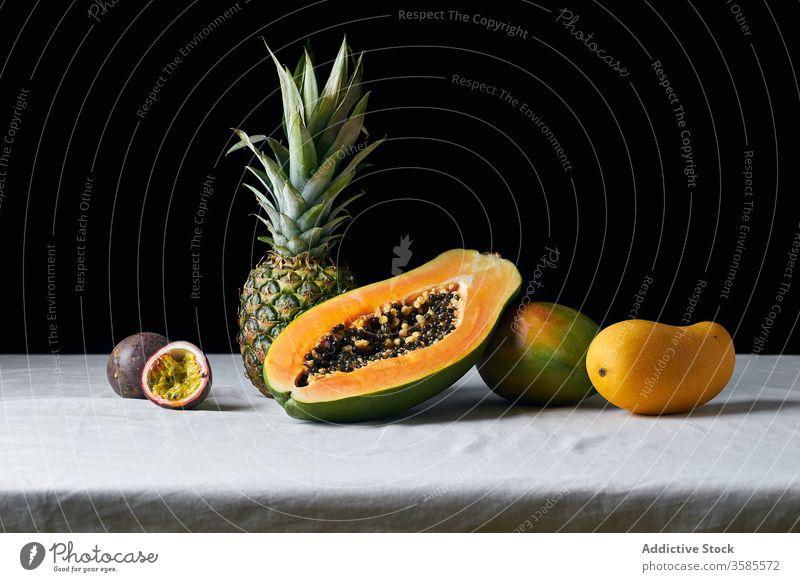 Stilleben mit tropischen Früchten Frucht exotisch Ananas Papaya Mango Passionsfrucht Hawaii schwarz Zutaten natürlich organisch Lebensmittel Südfrüchte grün