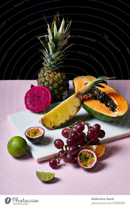 Stilleben mit tropischen Früchten Frucht exotisch Papaya Hawaii Zutaten natürlich organisch Lebensmittel pitaya Drache Leidenschaft Südfrüchte grün farbenfroh