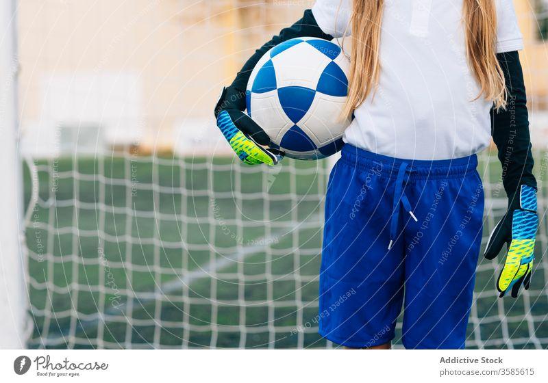 Junge Spielerin mit Ball in Fussballarena im Sportstadion Mädchen Fußball Feld Uniform Kind Club Kindheit Athlet Gerät Schulmädchen heiter Trikot Frau Junior