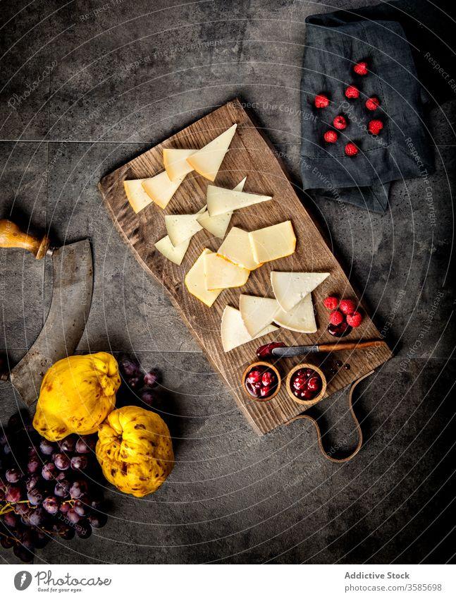 Käsetafel mit frischen Beeren und Marmelade Frucht Snack Amuse-Gueule Lebensmittel Holzplatte natürlich geschmackvoll lecker Kulisse Dessert Scheibe Ernährung