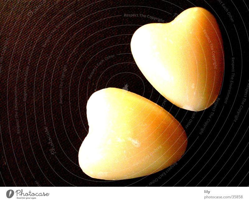 Seifenherzen beige schwarz unzertrennlich 2 Zusammensein Makroaufnahme Nahaufnahme Herz Naturseife Schatten Liebe Paar paarweise zusammengehörig