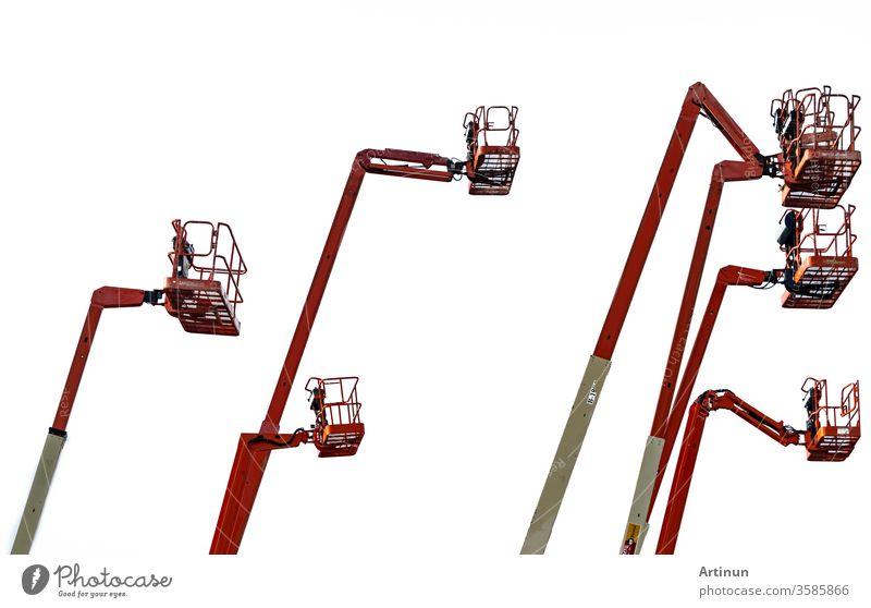 Orangefarbener Gelenkausleger. Hubladebühne. Teleskopierbare Hubarbeitsbühne, isoliert auf weißem Hintergrund. Mobiler Baukran zur Miete und zum Verkauf. Wartungs- und Reparaturservice für hydraulische Hebebühnen.