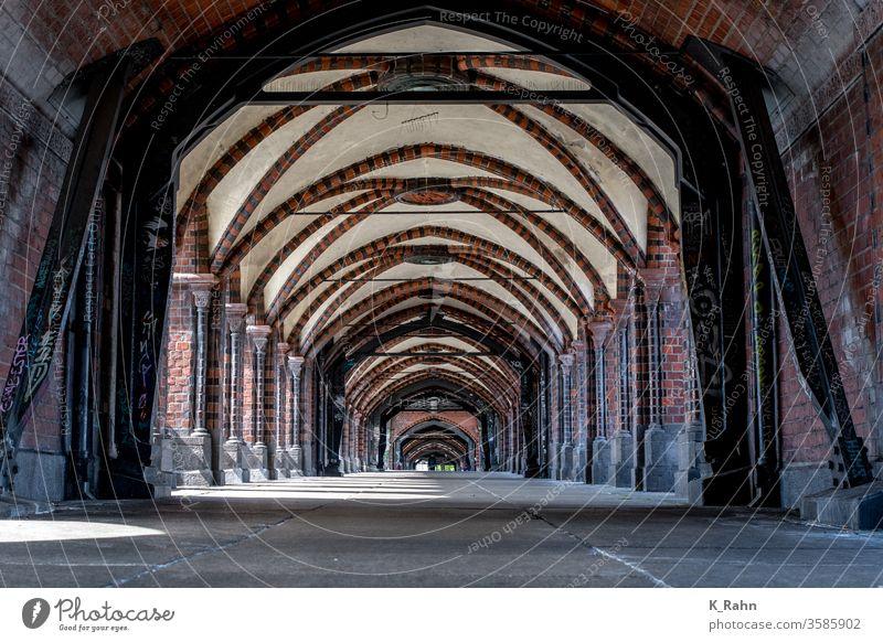 Oberbaumbrücke, Friedrichshain / Kreuzberg, Berlin Architektur bogen eingang bejahrt kirche innenausstattung gebäude abtei kloster gothic dom kreuzgang arkaden