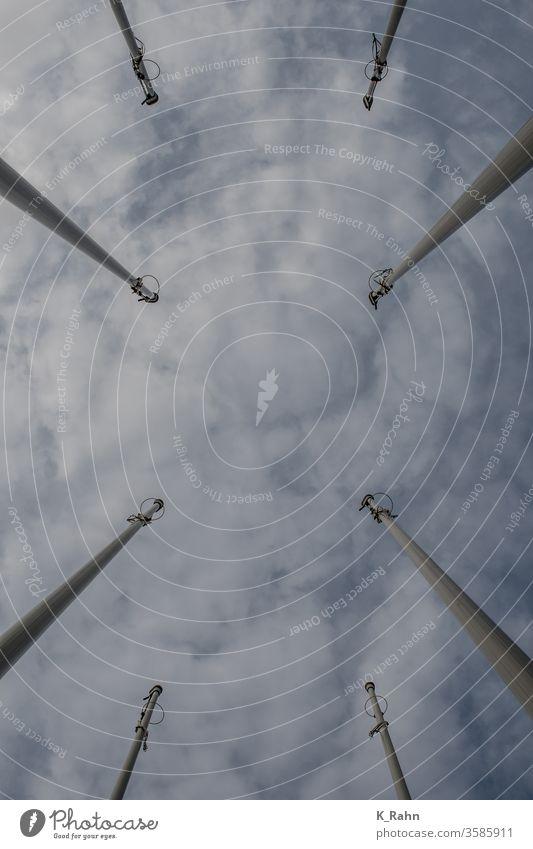 Blick nach oben Himmel blau wolken metall kräfte weiß stahl linie stadt hoch wind fahne windmühle umwelt symbol mast national international staat europa banner