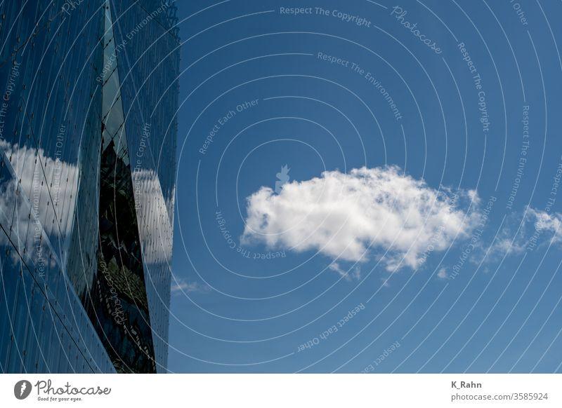 Wolken spiegeln sich in Fassade aus Glas Architektur blau gebäude glas haus büro beton himmel business fenster hoch industrie konstruktion licht modern neu