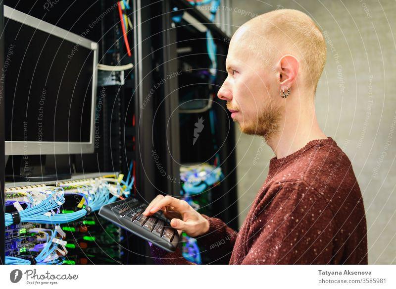 Mann Rechenzentrumstechniker bei der Server-Wartung Infrastruktur Techniker Datenzentrum Flugzeugwartung Ingenieur Ablage Kabel ersetzt Klinge montiert Sehne