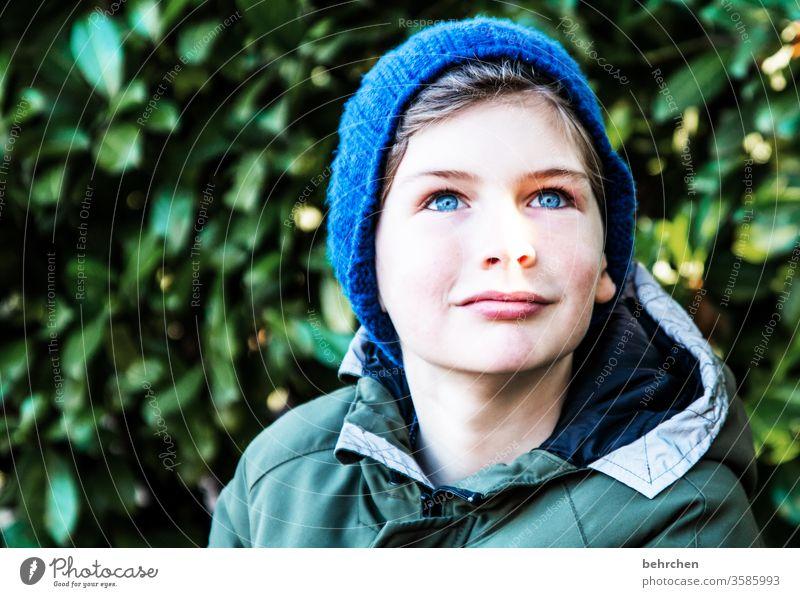 mützenzeit II erwartungsvoll Erwartung frech träumen Neugier Liebe aufmerksam blaue Augen Kindheit Farbfoto Kopf Licht Kontrast Familie & Verwandtschaft hübsch