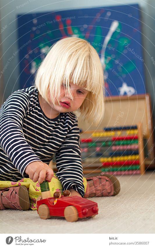 Von wegen, Frauen können kein Auto fahrn... Kind Mädchen lustig Kleinkind bunt Spielen Spielzeug Kindheit Kindergarten Glück Holz Holzauto Holzspielzeug