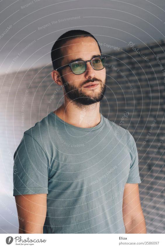 Mann mit nachdenklichem verträumtem Blick Porträt in Gedanken vorstellen gelassen Zukunft zweifeln visionieren Visionär lässig draußen Sommer