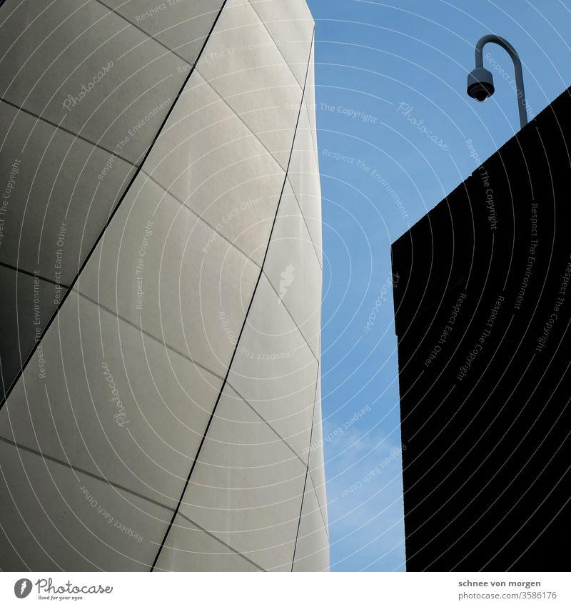 Schüchterne Laterne, die sich ängstigt vor Licht Architektur Gabäude Haus Modern Fassade Himmel Kälte Dunkelheit Glas Rund Fenster Stadt Farbfoto