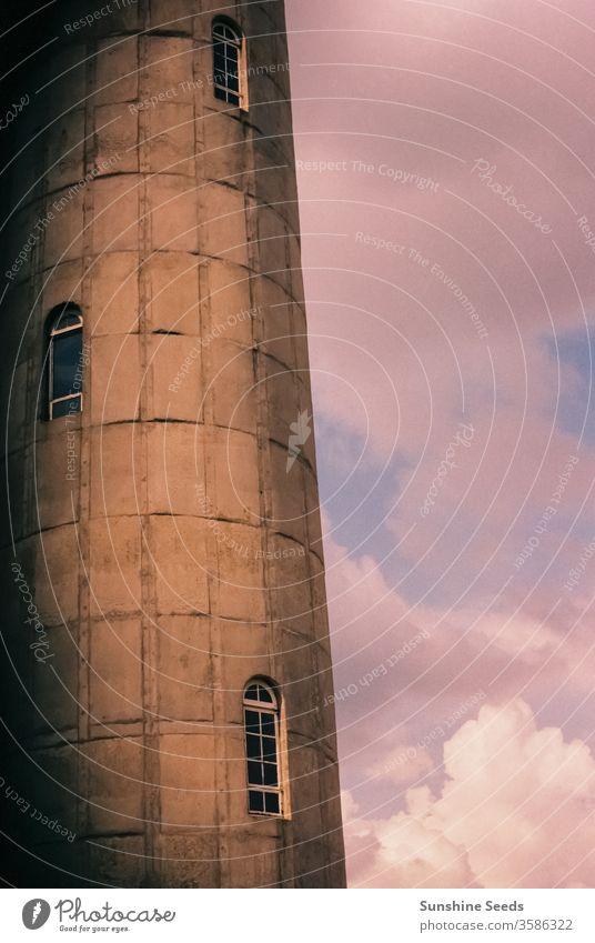 Teilansicht eines alten Wasserturms aus Ziegelsteinen Stadt Großstadt altehrwürdig Art deco retro Fenster Architektur Gebäude Blöcke rosa purpur Turm Reserve