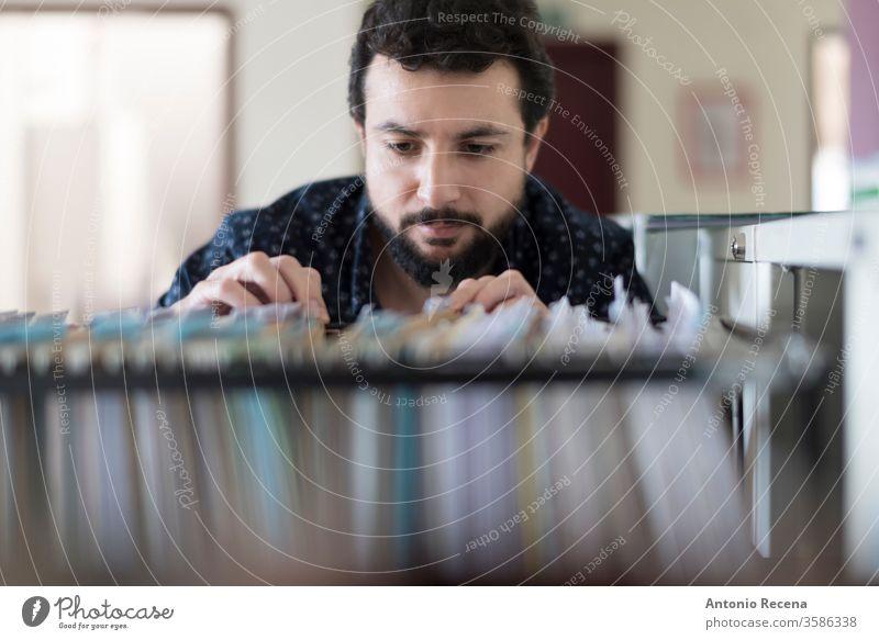 Mann schaut in die Schublade einer Dokumentationsakte Büro Arbeiter Job Mitarbeiter Dateien Arbeitsplatz realistisch echte Menschen männlich Erwachsener