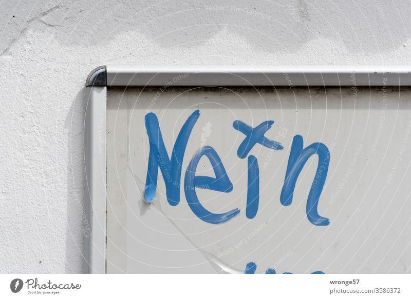Das Wort Nein mit blauem Stift auf eine graue Tafel geschrieben Schreibtafel Verneinen Buchstaben Schriftzeichen Farbfoto Menschenleer Außenaufnahme Nahaufnahme