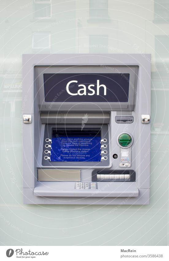 Geldautomat im Aussenbereich geldautomat cash bankautomat bankgebäude aussenaufnahme tastatur geld abheben niemnad Textfreiraum oben