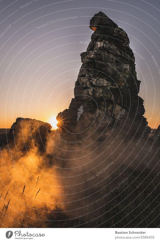 Nebel am Morgen an der Teufelsmauer im Harz Landschaft Natur Himmel Felsen Kreidezeit Wolken Farbe Macht Reihe Kalk hoch Sandstein Linie Berge u. Gebirge Quarz