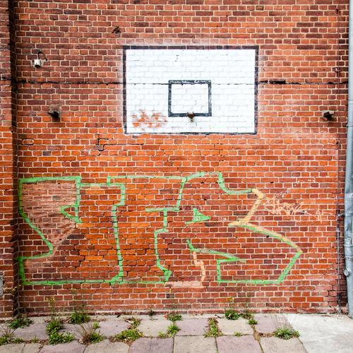 geisterspiel. Wand Basketball rot Korb Ballsport weiß Basketballkorb Menschenleer Farbfoto Sport Spielen Freizeit & Hobby Graffiti ziegelstein Rahmen Vierecke