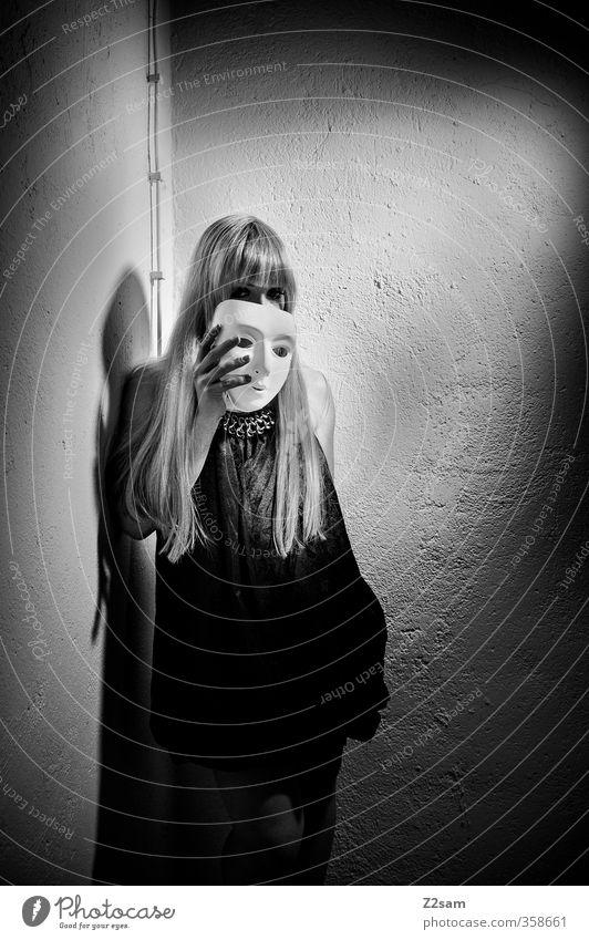 zwielicht | oper III elegant Stil Keller Junge Frau Jugendliche 18-30 Jahre Erwachsene Oper Mode Kleid blond langhaarig Pony festhalten träumen Traurigkeit
