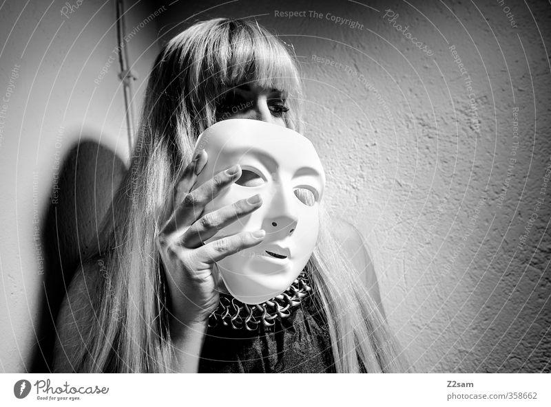 zwielicht | oper elegant Keller feminin Junge Frau Jugendliche 18-30 Jahre Erwachsene Oper Kleid blond langhaarig Pony festhalten träumen Traurigkeit dunkel