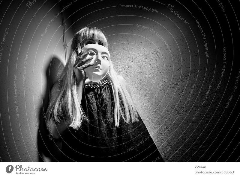 zwielicht | oper II elegant Stil Keller feminin Junge Frau Jugendliche 18-30 Jahre Erwachsene Oper Mode Kleid blond langhaarig Pony festhalten träumen