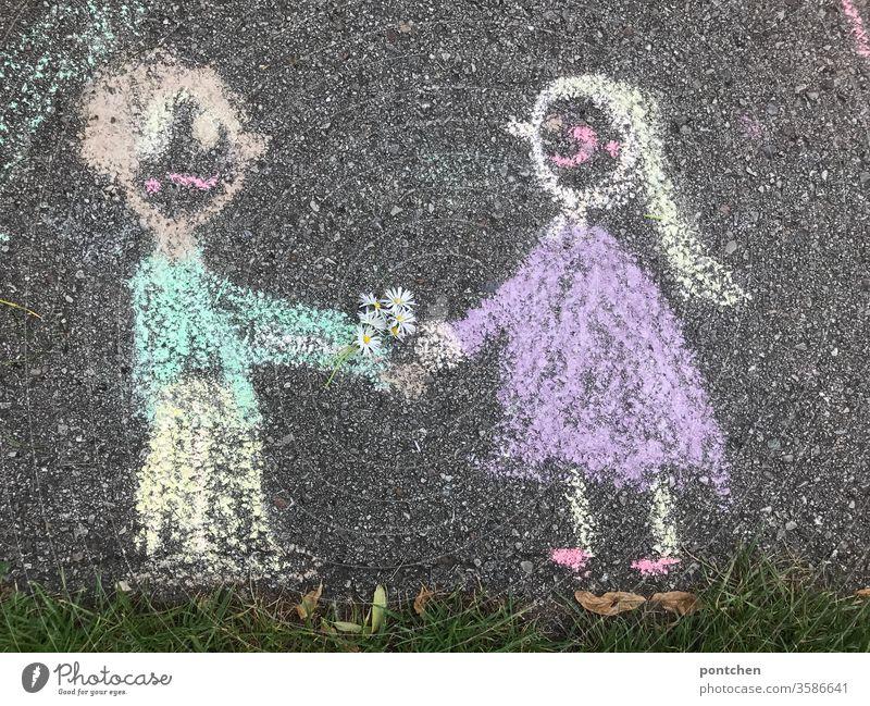 Mann überreicht Frau einen selbstgepflückten Blumenstrauß aus Gänseblümchen. Zeichnung aus straßenkreide. Kreativität, Kinderspiel. Valentinstag. Stereotyp paar