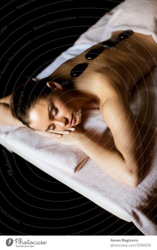 Junge Frau bei einer Hot-Stone-Massage-Therapie alternativ Rücken schön Schönheit schwarz Körper Windstille Pflege Kaukasier Sauberkeit Klinik schließen Konzept