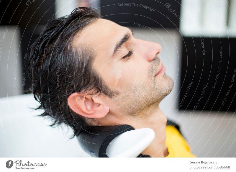 Junger Mann beim Friseur Salon Behaarung Stil Männer Stylist Haarschnitt Kosmetikerin Frisur männlich Mode Arbeit professionell Kunde Pflege Menschen Kaukasier