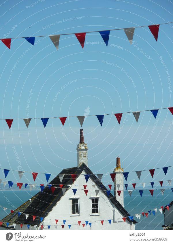 celebration flags... blau Sommer weiß Meer rot Haus Fenster Küste Feste & Feiern oben Party Zusammensein Freizeit & Hobby authentisch Fröhlichkeit Lebensfreude