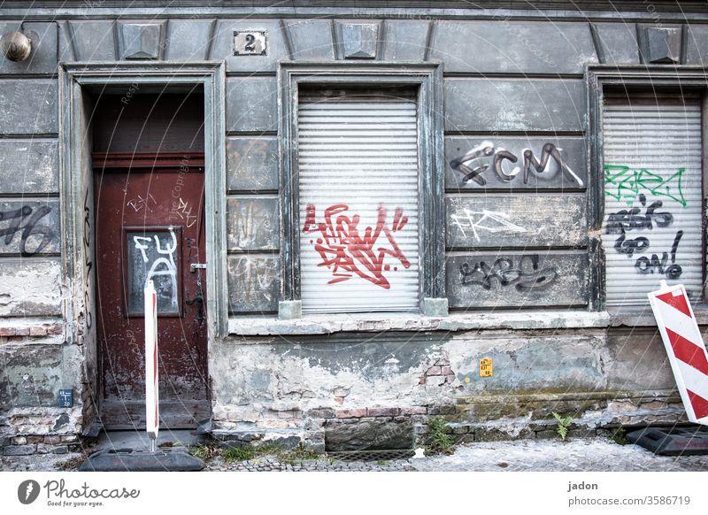 kunsthaus. alt Haus Architektur Fenster Gebäude Fassade Außenaufnahme Bauwerk Mauer Jalousien Warnbake Graffiti Tür Hausnummer 2 Putz Lampe Stein