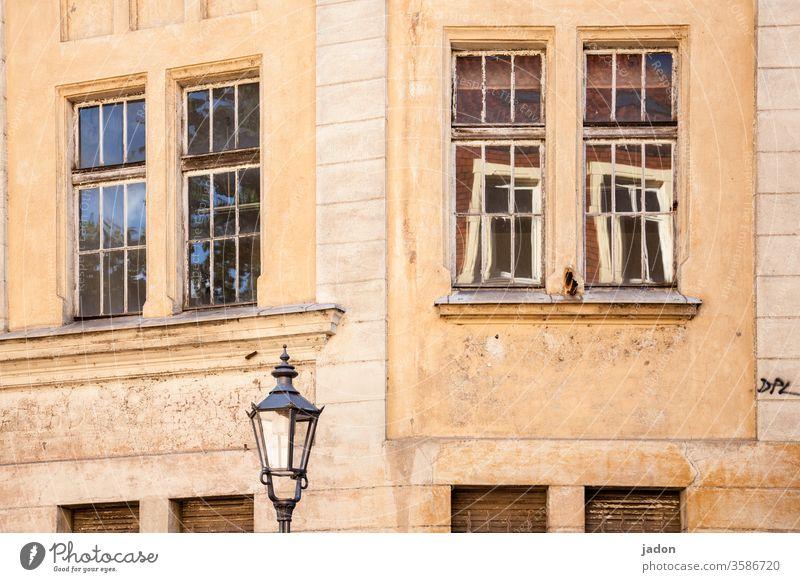 fenster zur straße, außenbeleuchtung. Fassade Architektur Haus Fenster Gebäude Wand Menschenleer Stadt Außenaufnahme Mauer Bauwerk Häusliches Leben Altstadt