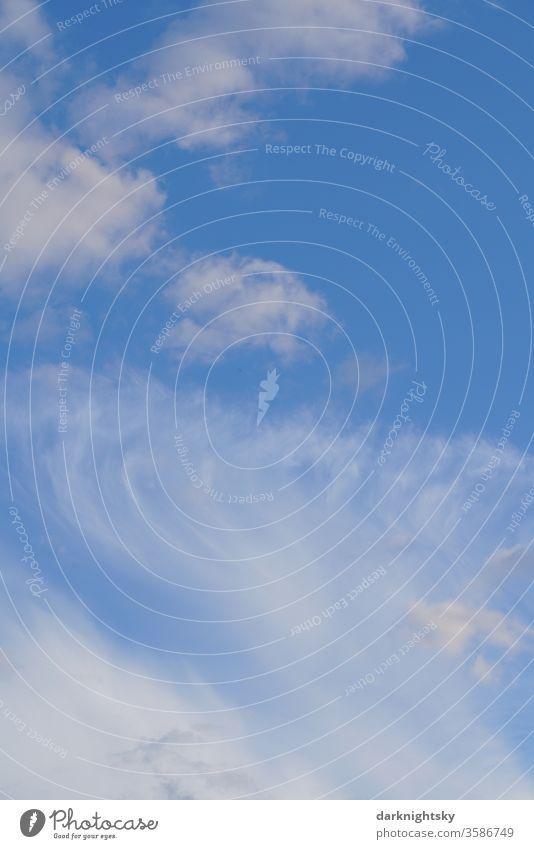 Zirren und Cumulus Wolken bei blauem Himmel Natur Schönes Wetter Tag BLAUE WEIßE gutes schönes Atmosphäre nur Himmel Luft Menschenleer Umwelt Meteorologie