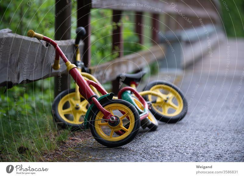 Laufräder von Kindern Laufrad fahren Verkehrsmittel Kita Kindergarten Grundschule wachsen Straße Rad Verkehrswege Geschwindigkeit Straßenverkehr Familie