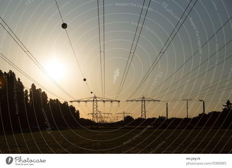 Stromleitungen im Sonnenuntergang Hochspannungsleitung Strommast Energie Energiewirtschaft energieverbrauch Klima Klimawandel Ökostrom Abendlicht Abenddämmerung