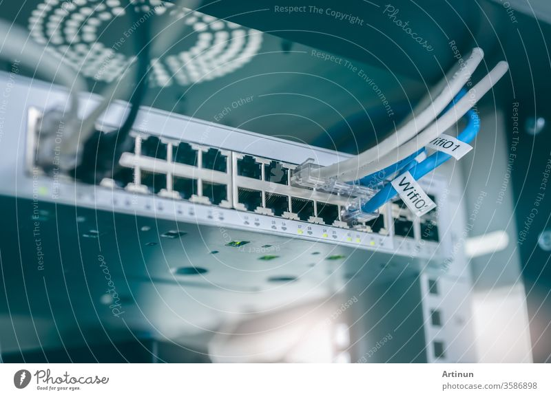 Ethernet-Kabel und Netzwerk-Switch im Rechenzentrum. Wifi-Stecker des Internet-Routers für Computer. Netzwerk-Hub. Checkpointausrüstung für Datensicherheit. Drahtloses Kommunikationsnetzwerk. IOT-Netzwerk.