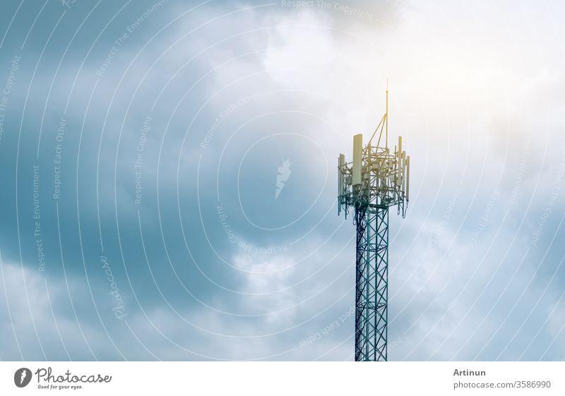 Fernmeldeturm mit bewölktem Himmel im Hintergrund. Antenne auf blauem Himmel. Radio- und Satellitenmast. Kommunikationstechnik. Telekommunikationsindustrie. Mobilfunk- oder Telekommunikationsnetz 5g. Technik