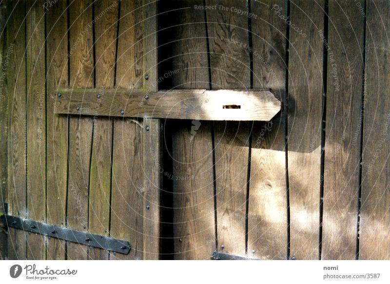 Stall Holz braun Tür offen Dinge Tor Spalte Maserung aufmachen Stall Zutritt