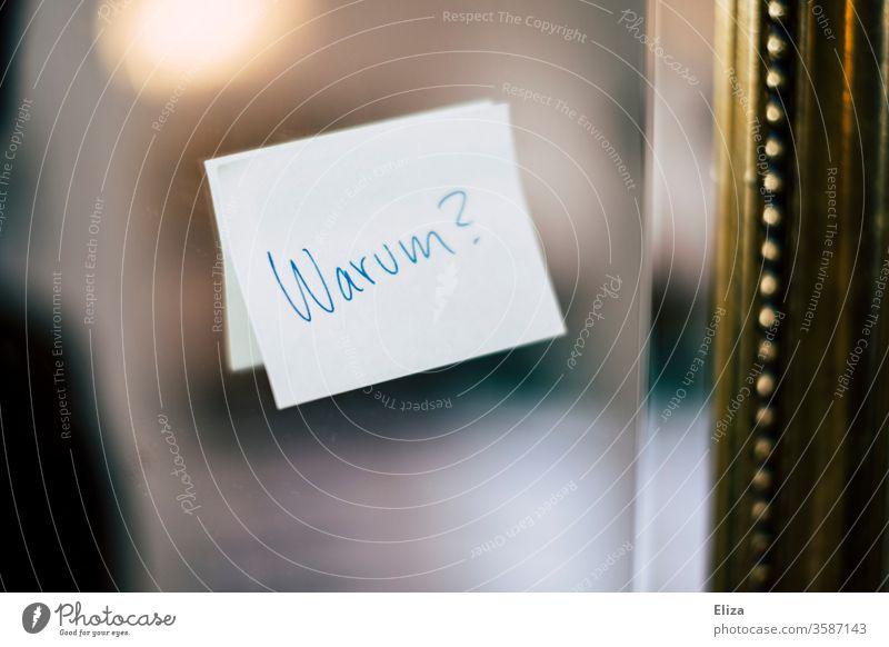 Post-It am Spiegel auf dem Warum? geschrieben steht. Frage nach dem Sinn des Lebens oder so. fragen Post-it Haftnotiz Gefühle Zerissenheit sinn des lebens