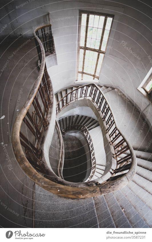 altes Treppenhaus I lost places Geländer Fenster Architektur Menschenleer Wand Treppengeländer Haus Innenaufnahme Licht verfallen kaputt Mauer Verfall Bauwerk