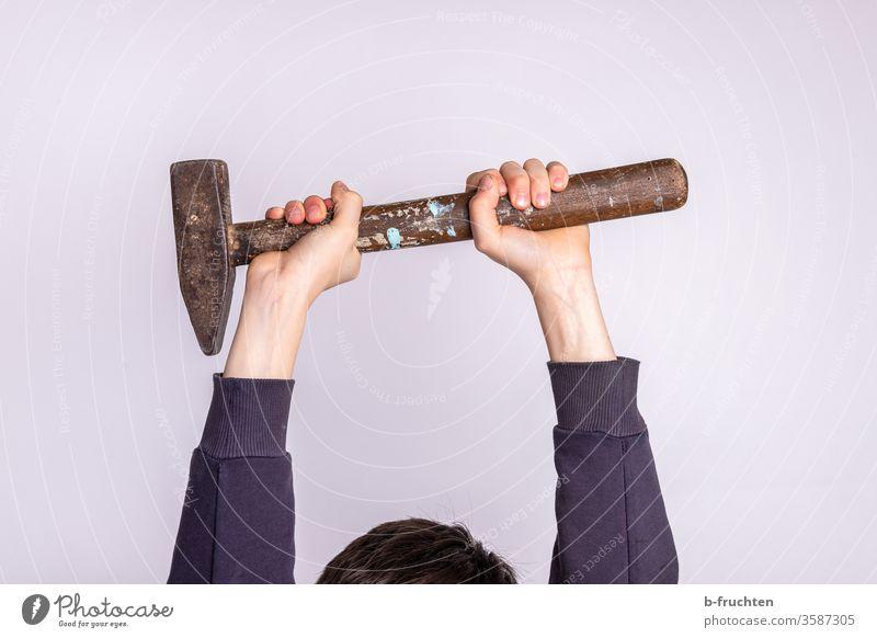 Kind hält Hammer mit beiden Händen in die Höhe halten Handwerk Arbeit & Erwerbstätigkeit Handwerker Werkzeug Kraft hoch heimwerken bauen