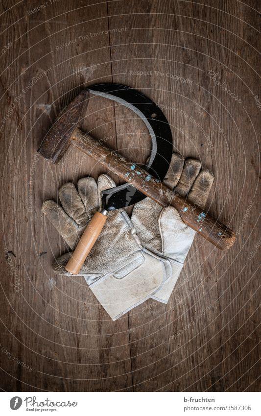 Sichel, Hammer und Arbeitshandschuhe auf Holzbrettern Werkzeug Handschuhe Schutzhandschuhe Kommunismus Symbole & Metaphern Politik & Staat Zeichen