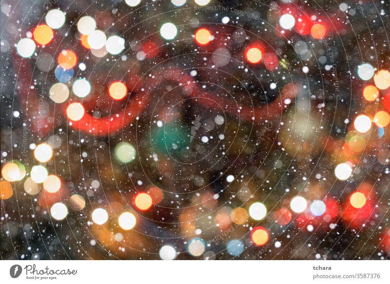 Abstrakte Bokeh-Weihnachtsbaumbeleuchtung mit weicher Farbe dunkler Hintergrund altehrwürdig glänzend rot feiern Staubwischen neu Jahr verschwommen Überzug