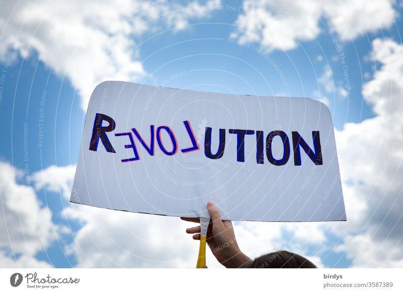 Revolution im Geiste der Liebe. DemonstrantIn mit Schild propagiert Veränderung im Sinne von Mitmenschlichkeit , Gleicheit und Nächstenliebe Menschlichkeit