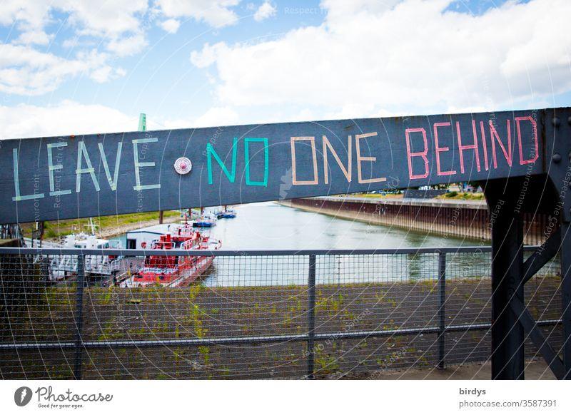 leave no one behind - lass niemanden zurück, Aufruf, die notleidenden Flüchtlinge an den Eu-Außengrenzen nicht im Stich zu lassen. Aufforderung zur Mitmenschlichkeit