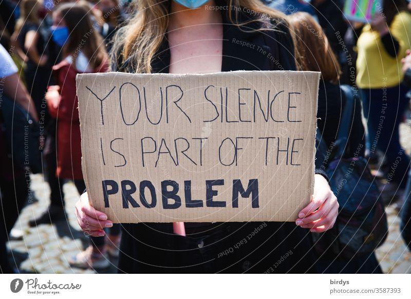 blacklivesmatter. Demonstration in Köln gegen Rassismus und Polizeigewalt. Eine junge Frau prangert fehlende Zivilcourage in der Gesellschaft an.Auslöser war der durch Polizeigewalt zu Tode gekommene Schwarze George Floyd