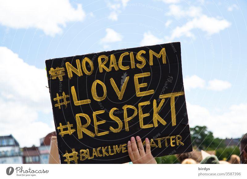 blacklivesmatter. Demonstration in Köln gegen Rassismus und Polizeigewalt. Auslöser war der durch Polizeigewalt zu Tode gekommenen Schwarzen George Floyd Schild