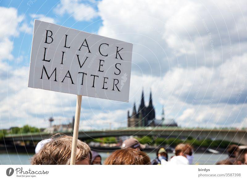 blacklivesmatter. Demonstration in Köln gegen Rassismus und Polizeigewalt. Auslöser war der durch Polizeigewalt zu Tode gekommene Schwarze George Floyd Schild