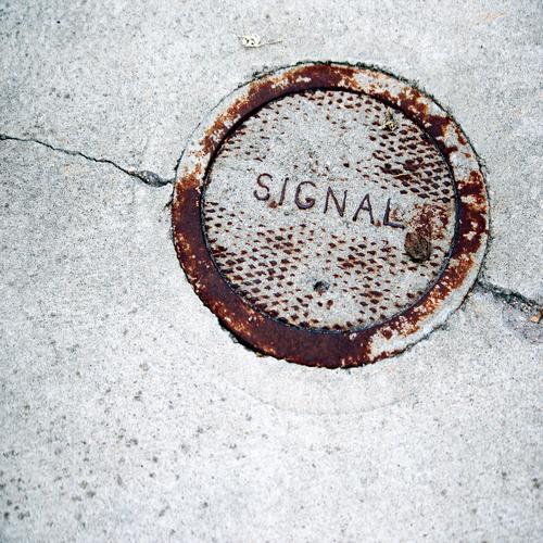 Schnittstellen des Alltags (6) eisen rund metall rost sicherheit schutz Deckel Gully beton straße riss signal buchstaben wort abdeckung funktion