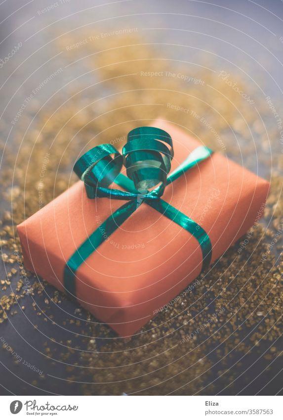 Weihnachtsgeschenk auf Gold Geschenk Geschenkband rosa grün festlich Weihnachten schenken Bescherung Weihnachten & Advent Überraschung Geburtstag Verpackung