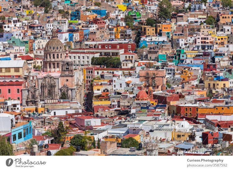 Altstadt von Guanajuato City. Farbenfrohe Häuser am Hang gebaut. Bundesstaat Guanajuato, Mexiko. Großstadt unesco amerika Architektur Kunst Gebäude Kathedrale