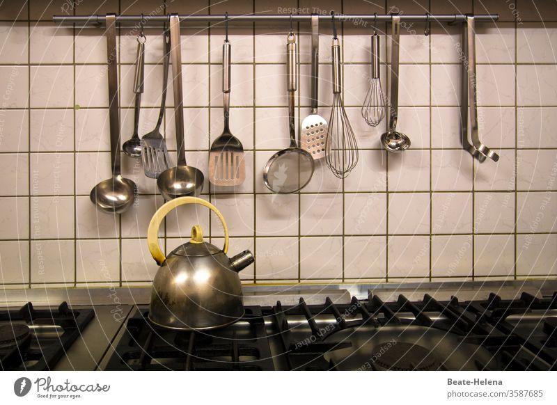 Gleich gibts Essen: Herd und Küchenutensilien stehen bereit! Schöpflöffel Wasserkocher Gasherd Großküche Kochen Herd & Backofen Ernährung Häusliches Leben